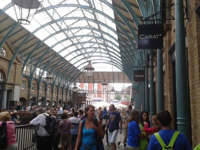 El mercado por dentro...estaba lleno de visitantes!