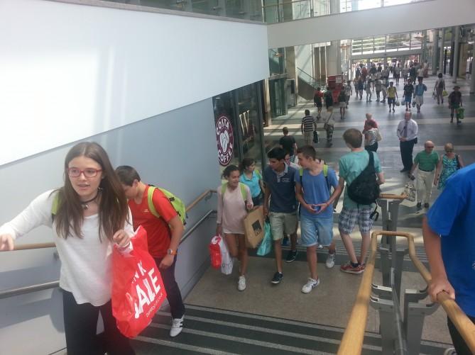 El grupo de Totnes de compras en Plymouth