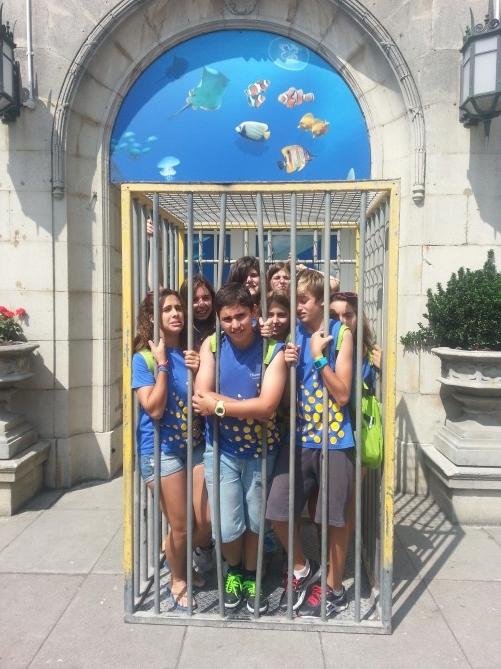 """Final de la visita pero, co'mo puede ser?? tenemos que volver a casa ya?? Los chicos posando en una jaula a la salida del Sea Life Centre, con cara de """"animales enjaulados"""" :)"""