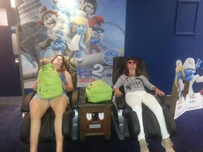 """Momento """"relax"""" antes de entrar al cine. Mari'a Jose' da fe de que estos sillones son """"mano de santo"""""""