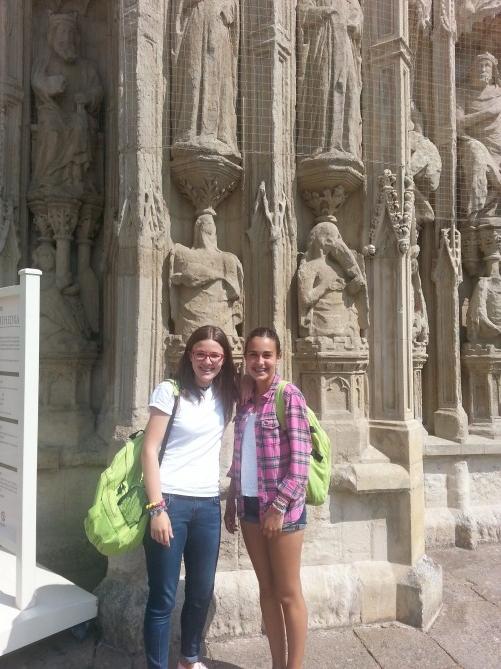 posando frente a la catedral de exeter