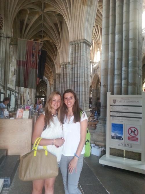 posando en el interior de la catedral de exeter