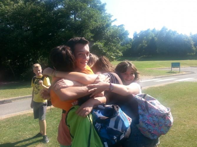 abrazo en parque totnes
