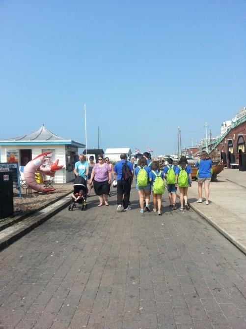 """Caminando por el paseo hasta """"The lanes"""". A la izquierda, antes de entrar en la playa, hay varios puesto de comida (especialmente pescado, marisco...) y a la derecha algunas tiendas de cuadros y souvenirs. Tambie'n se encuentra en este paseo el museo de pesca de la ciudad"""