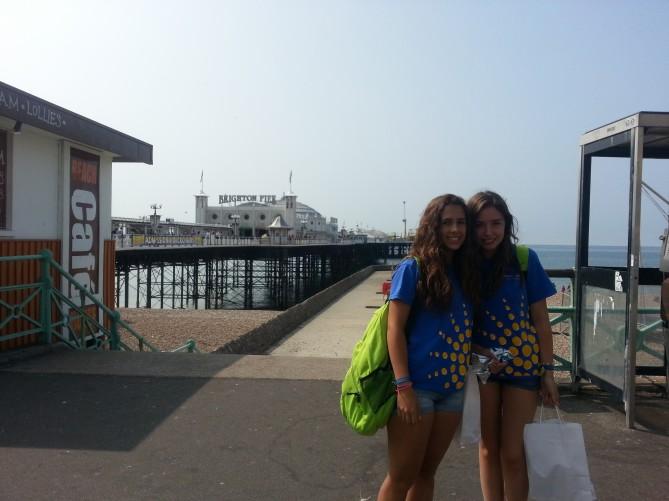 Bea y Aina en la entrada a la playa, al lado del Brighton Pier