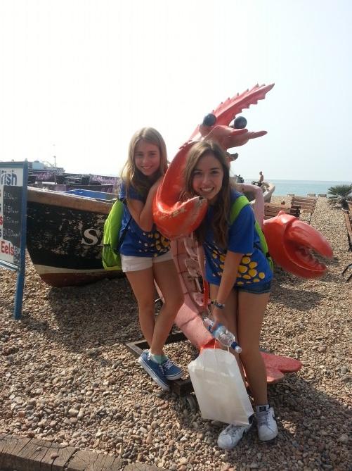 No hemos podido resistirnos...era tannnn monaaaa!!!! (Balma y Aina en la playa, al lado de un puesto de comida con mascota)