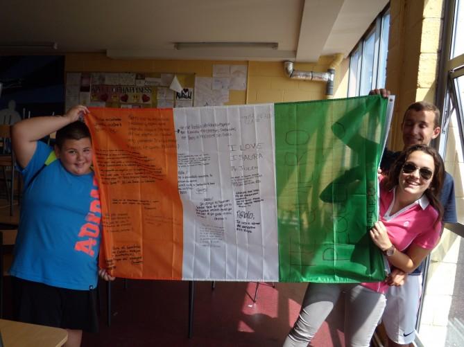 Ruben con las banderas firmadas