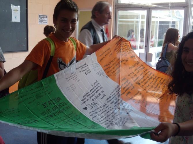 Guillem despues de firmar una de las banderas