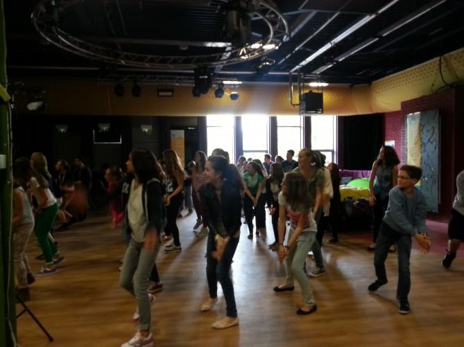 Alumnos bailando en el Welcome Meeting con los monitores de la organización