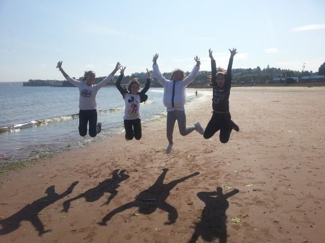 Algunas de las chicas en la playa de Torquay