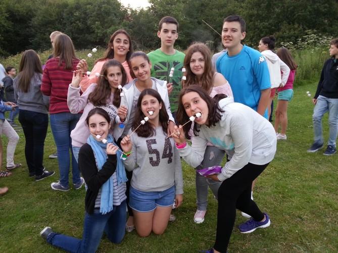 Los alumnos comiendo marshmallows en la barbacoa