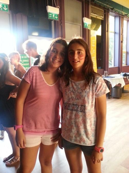 Dos de las alumnas de TEC Idiomes con la cara pintada