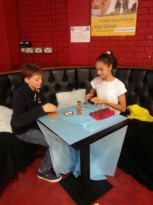 Alumnos jugando con el totem