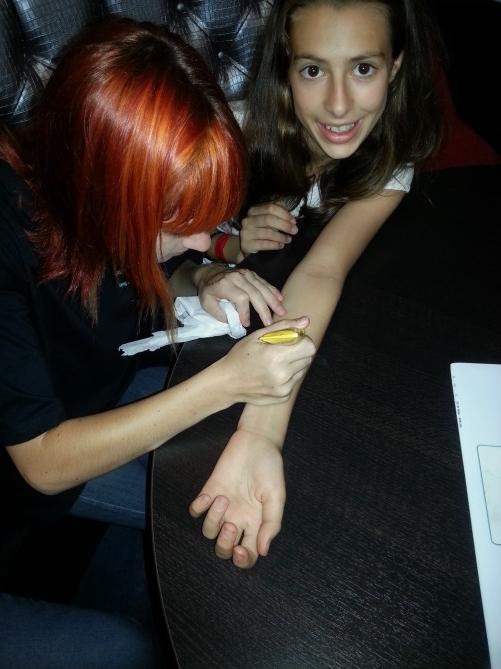 Una de las alumnas de Tec Idiomes realizándose un tatuaje de henna
