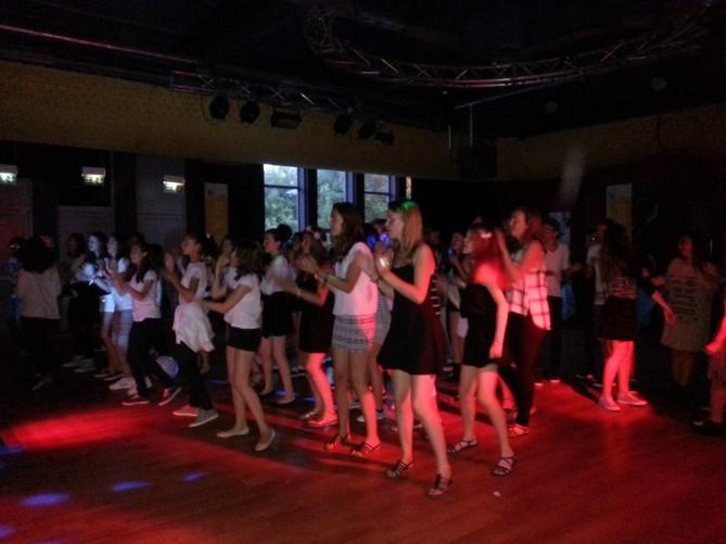Bailando al ritmo de los monitores en la fiesta Black & White