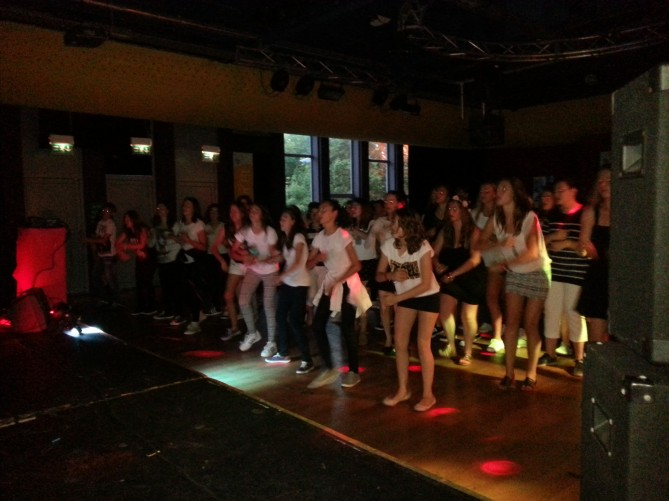 Bailando en la fiesta Black & White