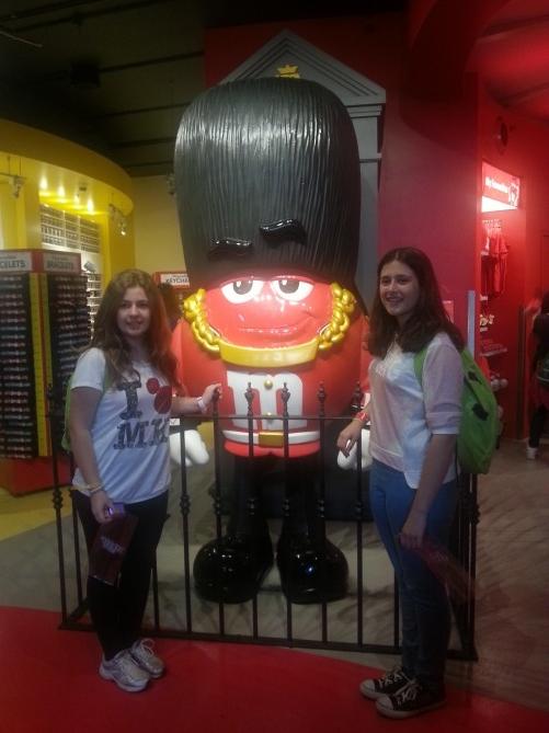 Dos de las alumnas con uno de los M&M's