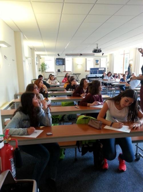 alumnos haciendo prueba de nivel