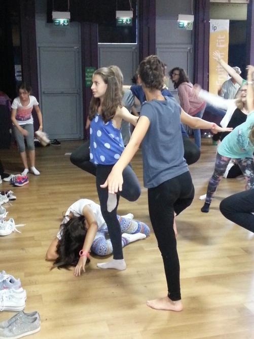 Alumnas de TEC Idiomes realizando la actividad de Yoga