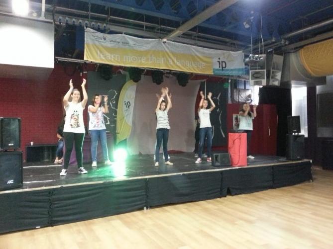 Las alumnas de TEC Idiomes ensayando la coreografía para esta noche