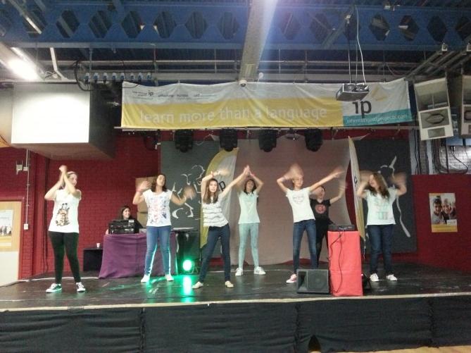 Las alumnas ensayando para la coreografía de esta noche