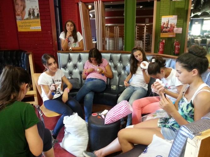 Alumnos de TEC Idiomes cosiendo llaveros