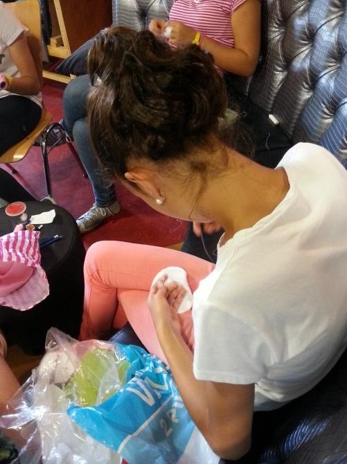 Una de nuestras alumnas cosiendo un llavero en forma de donut