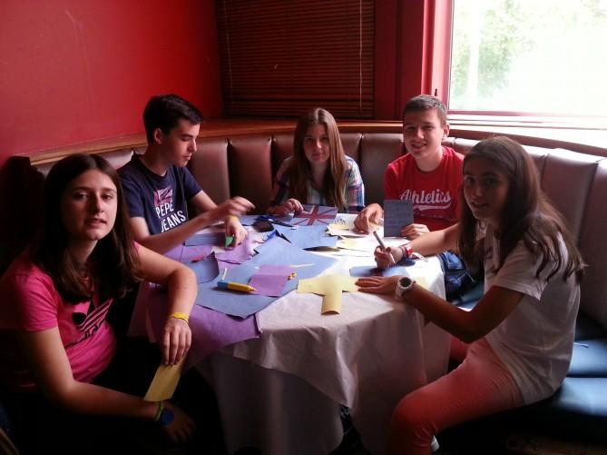 Alumnos de TEC Idiomes realizando postales