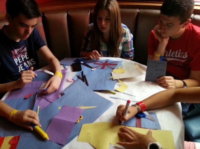 Alumnos diseñando sus propias postales