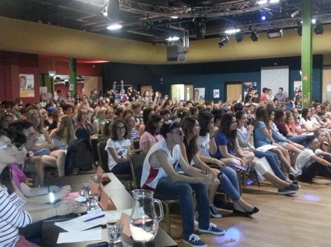 Público animando a los participantes