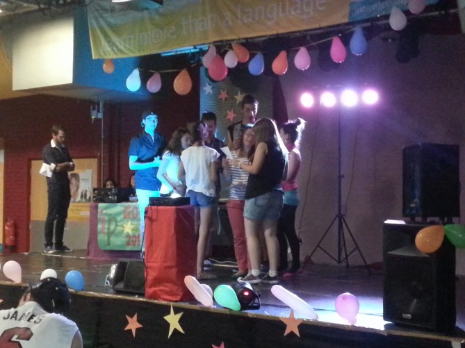 Las alumnas de TEC Idiomes recibiendo su certificado de participación en el show