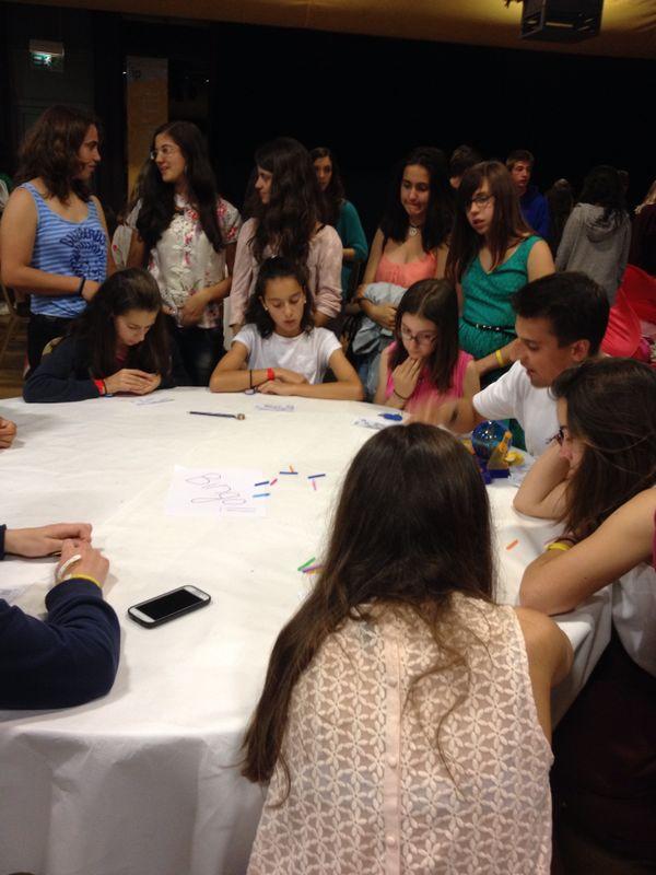 Algunos de los alumnos jugando al Bingo