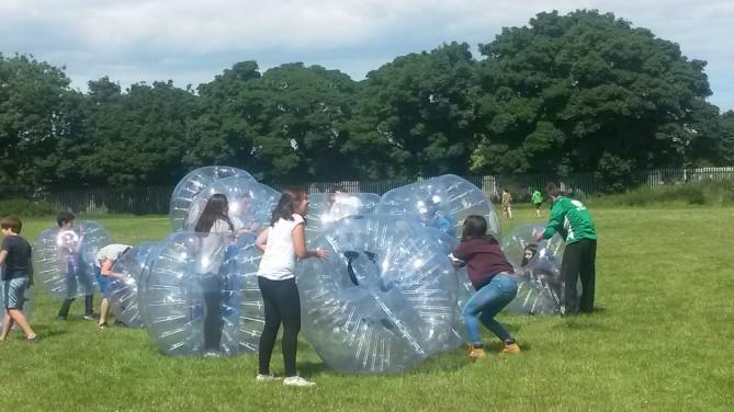 Larraitz luchando con su bubble.