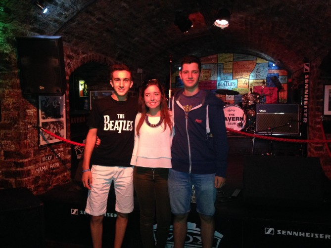 Carlos, Aina y Alex en el escenario de The Cavern Club