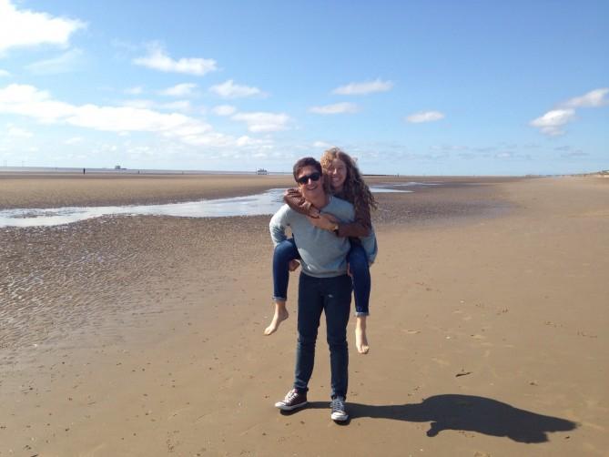 Celia y Alex disfrutando en Crosby Beach!