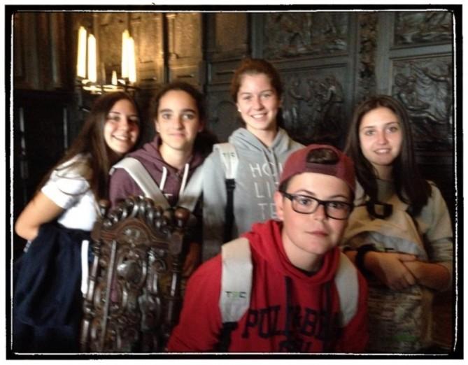 En el ostentoso comedor del castillo.